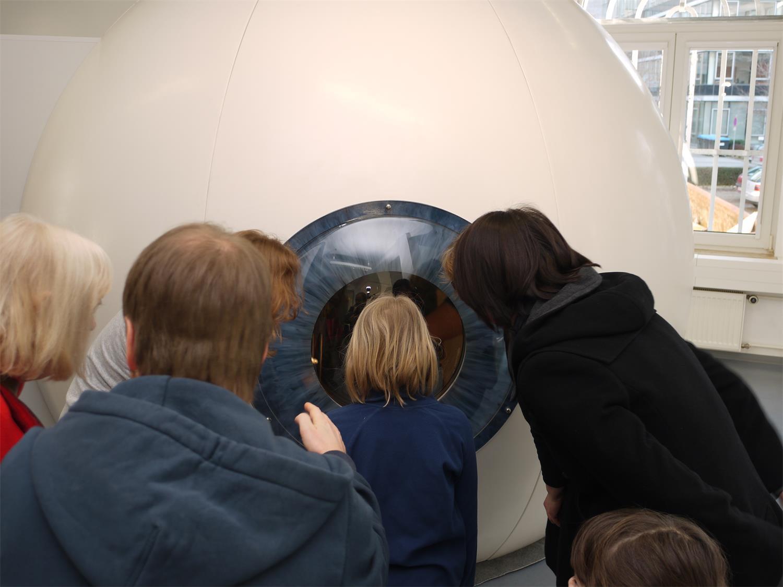 Besucher vor dem begehbaren Auge. EXPERIMINTA