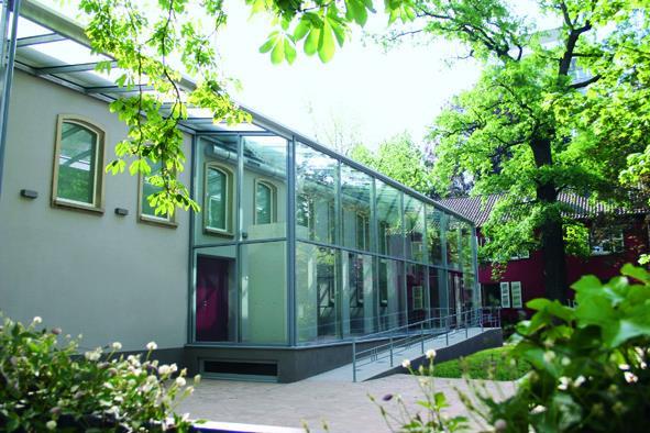 Außenansicht des Bibelhauses mit neuem Glasfoyer. Foto: Bibelhaus Erlebnis Museum